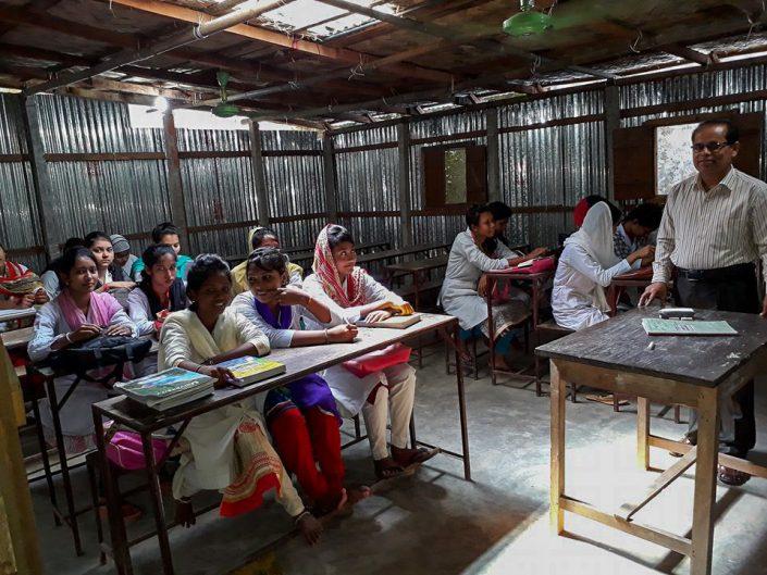 Norsk Bangladesh Fadderforening. Jenter får undervisning ved Agrasara