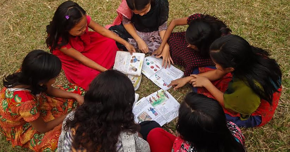 Jenter hjelper å lære hverandre